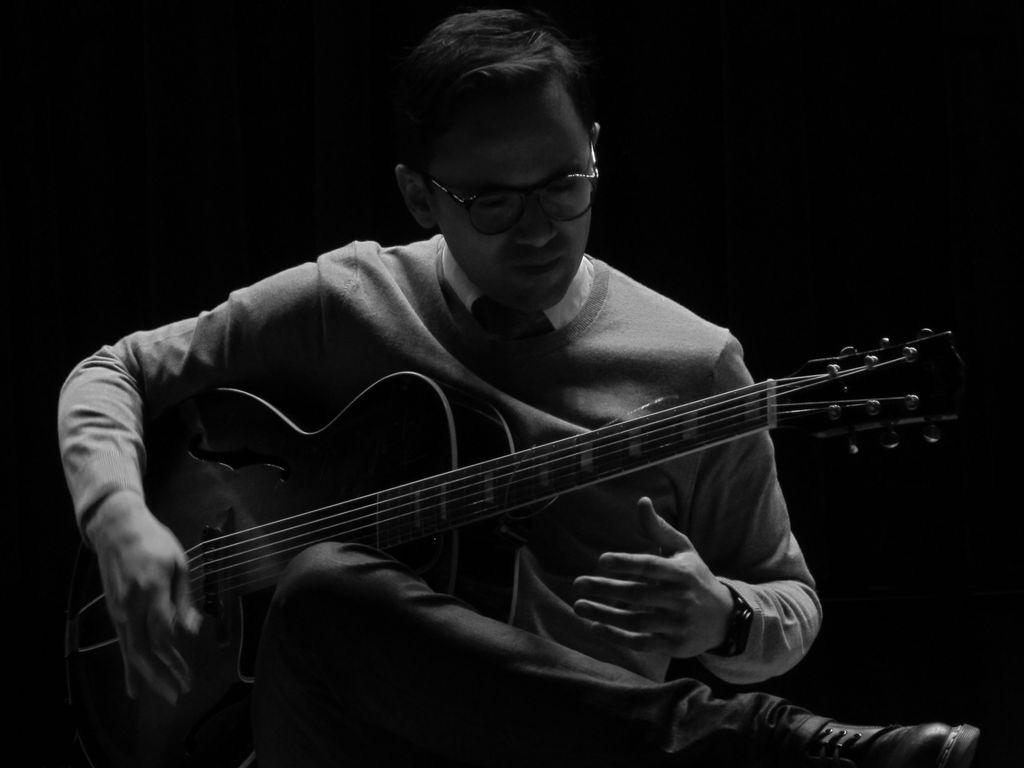 Lautaro guitar 3.jpg