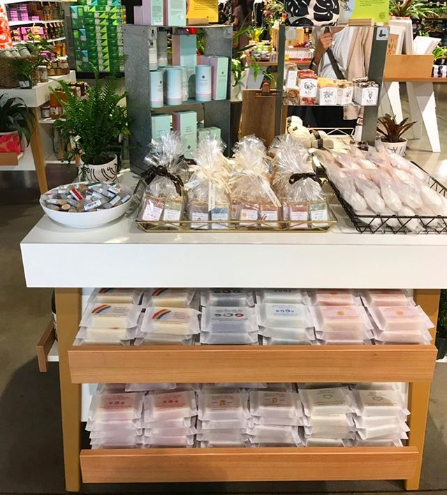 Aloha🌈 Announcing new retail location here in O'ahu. Thank you to @foodlandalamoana beautifully displays Pualani Soap 😃 So grateful 😃 You will find the best of Pualani Soap there, handmade soap, Beeswax lip balms and salves, Hawaiian Ocean Bath Fizzies and Bath Salts, and Mini Soap sets that will make a perfect gifts from the Island 🌴 Mahalo✨ *** アロハ🌈 オアフ島でプアラニソープが買えるお店にアラモアナにあるフードランド ファーム @foodlandalamoana が加わりました。とても素敵にディスプレイしていただきました。 ここではプアラニソープ人気アイテムが勢ぞろいしています。 ハワイ産ククイナッツオイルを贅沢に使い、アロマオイルのみで香りづけている手作り石鹸、ハワイ産のミツロウを使ったリップクリームやバーム、ハワイアンソルトのバスフィズとバスソルト、 ギフトにピッタリのミニソープのセット✨ 是非お立ち寄りください🌴 *** #soap #soapmaking #madeinhawaii #handmadewithlove #madewithaloha #handmadesoap #naturalskincare #bathsalts #bathbomb #lipbalm #foodlandalamoana #pualanisoap #hawaiian #aloha #perfectgift #メイドインハワイ #ハワイ #石鹸 #プアラニソープ #アラモアナショッピングセンター #alamoanacenter