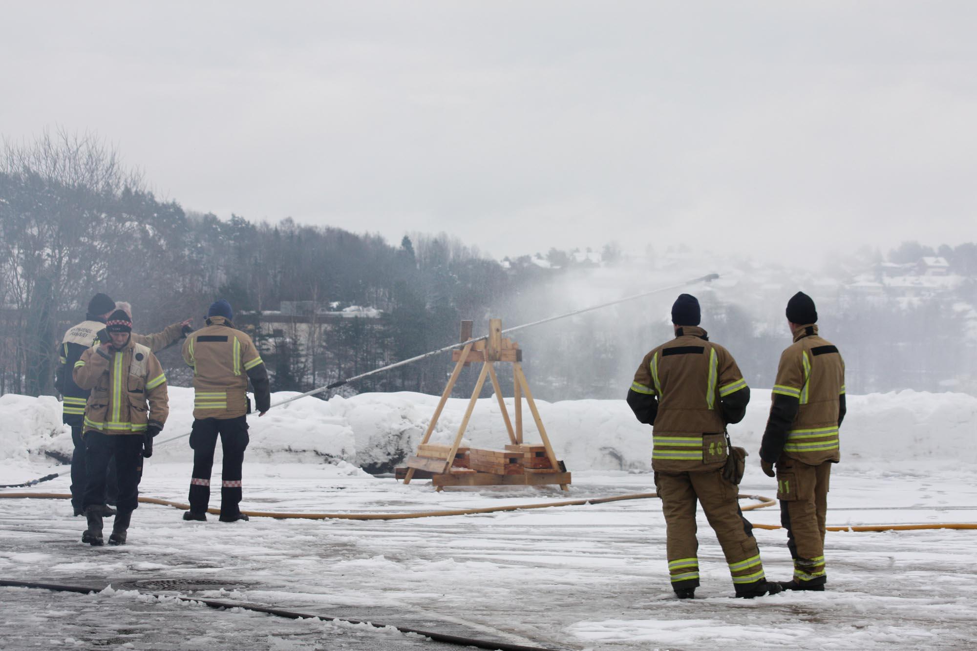 Firelance firefighting device