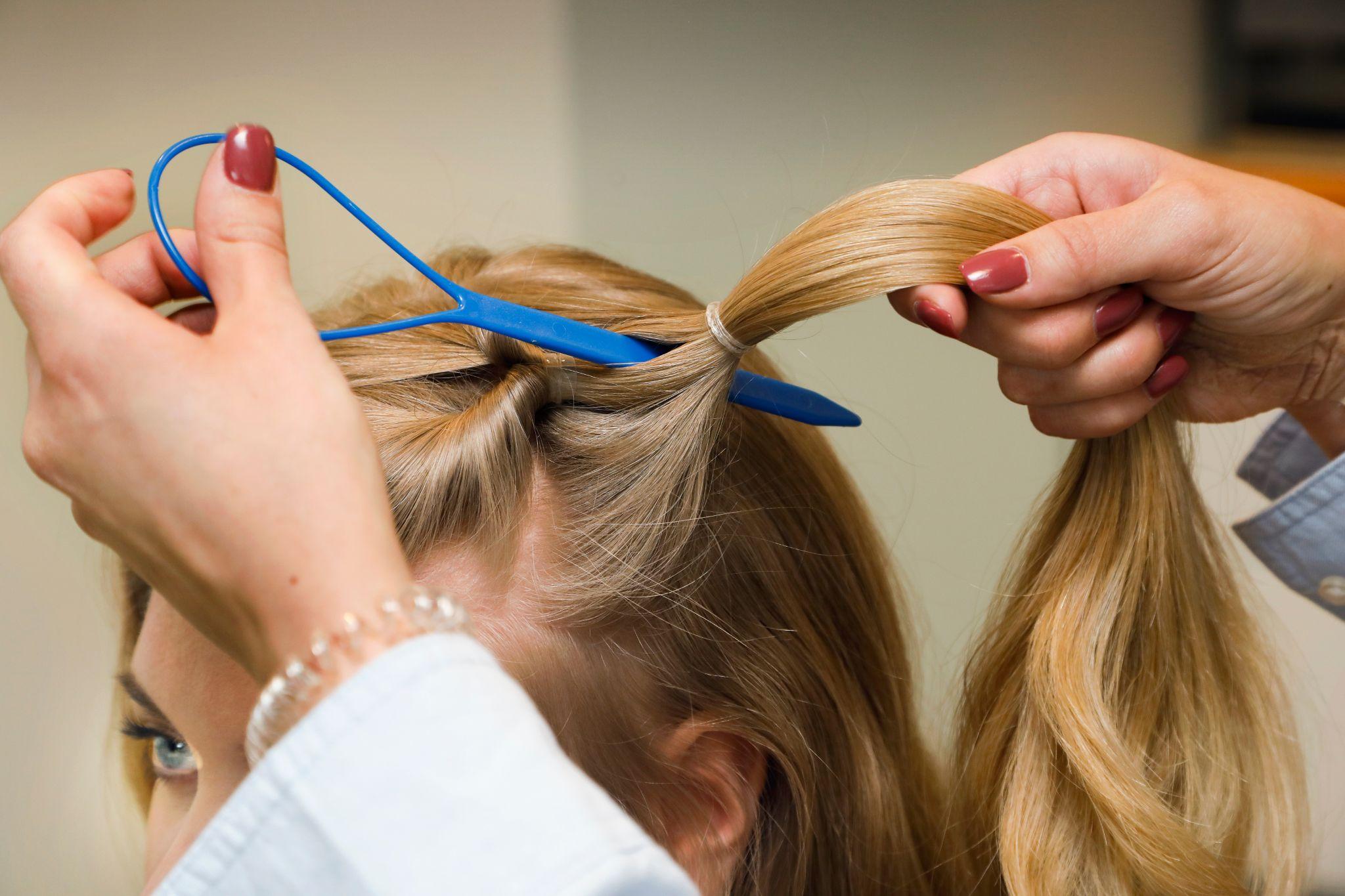 Ta nytt hår og fest forrige hestehale sammen med «det nye håret» med strikk. Fest alle strikkene litt løst slik at det blir lett å dra håret gjennom med lassoen.