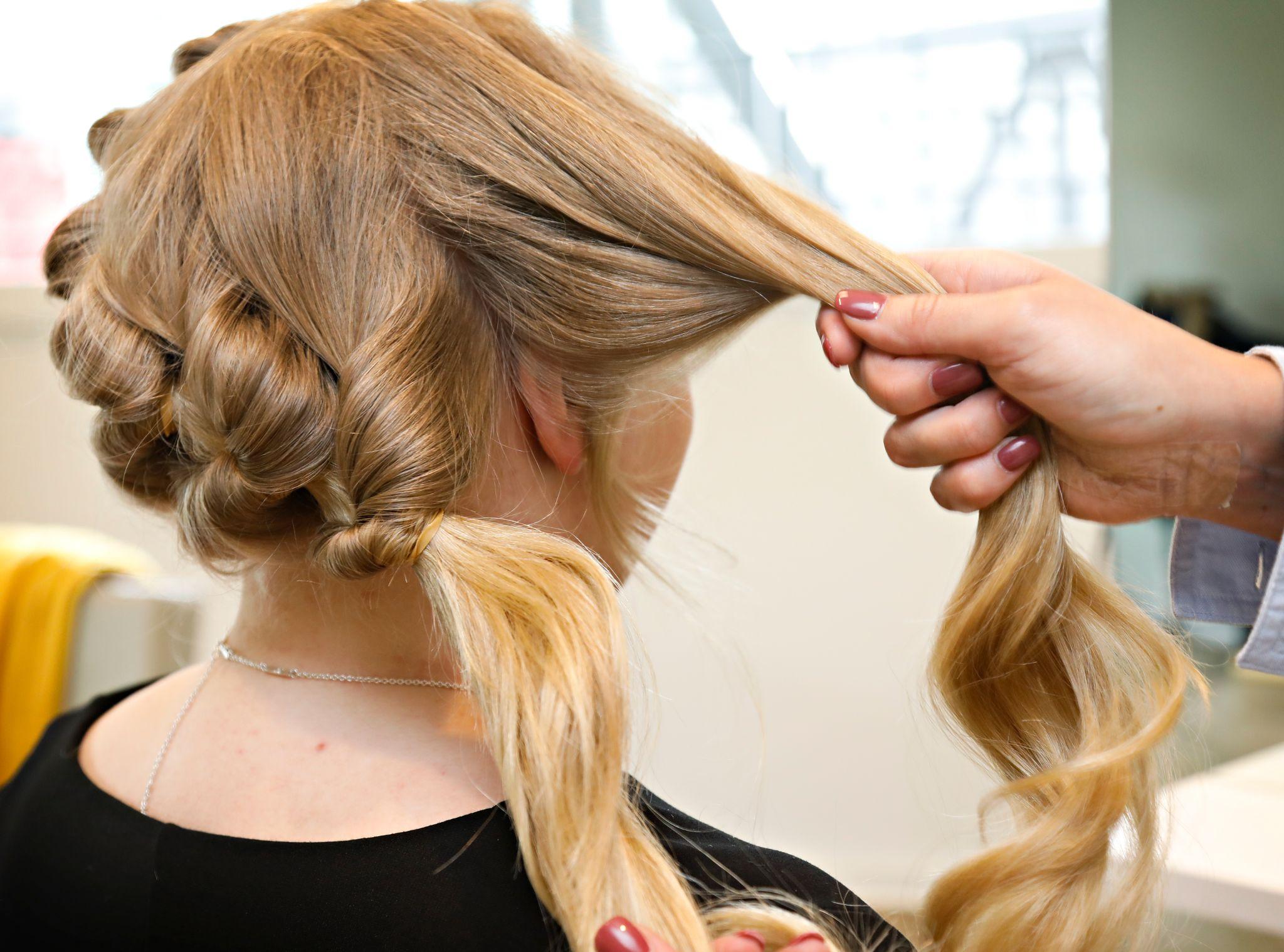 Når du kommer til motsatt side av nakken, fester du det løse håret med en ny strikk bak øret.