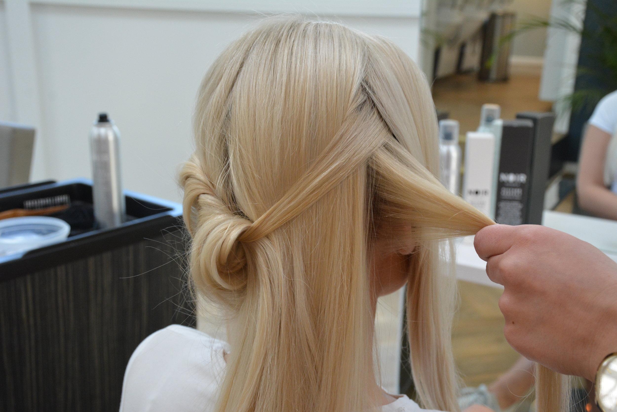 Tvinn håret til du kommer til midten bak. Start etterpå på andre siden å gjør det samme.