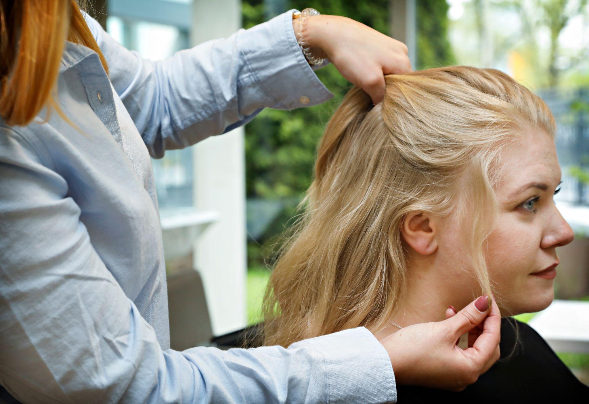 Ta et utvalg hår fra pannen og fest med en gummistrikk på midten bak på hodet. Pass på at det er et par centimeter mellom hestehalen og ørene. La det ligge litt småhår ved ørene for å få en løsere look.