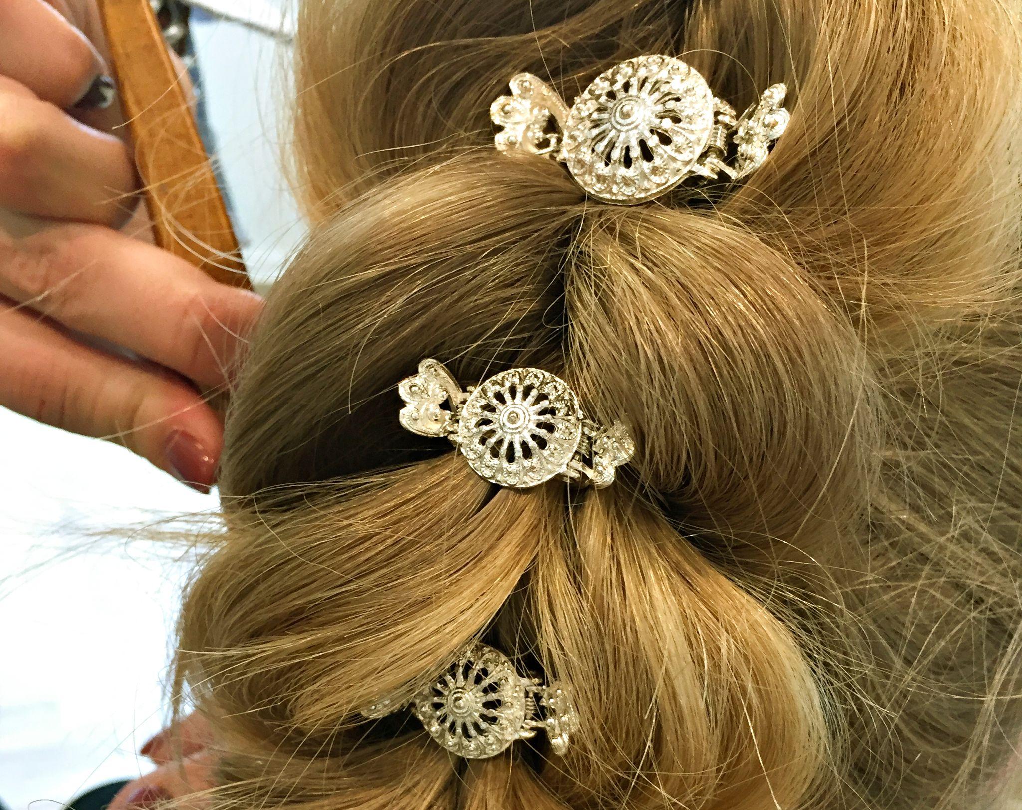 Pynt med pene hårspenner eller blomster til slutt.