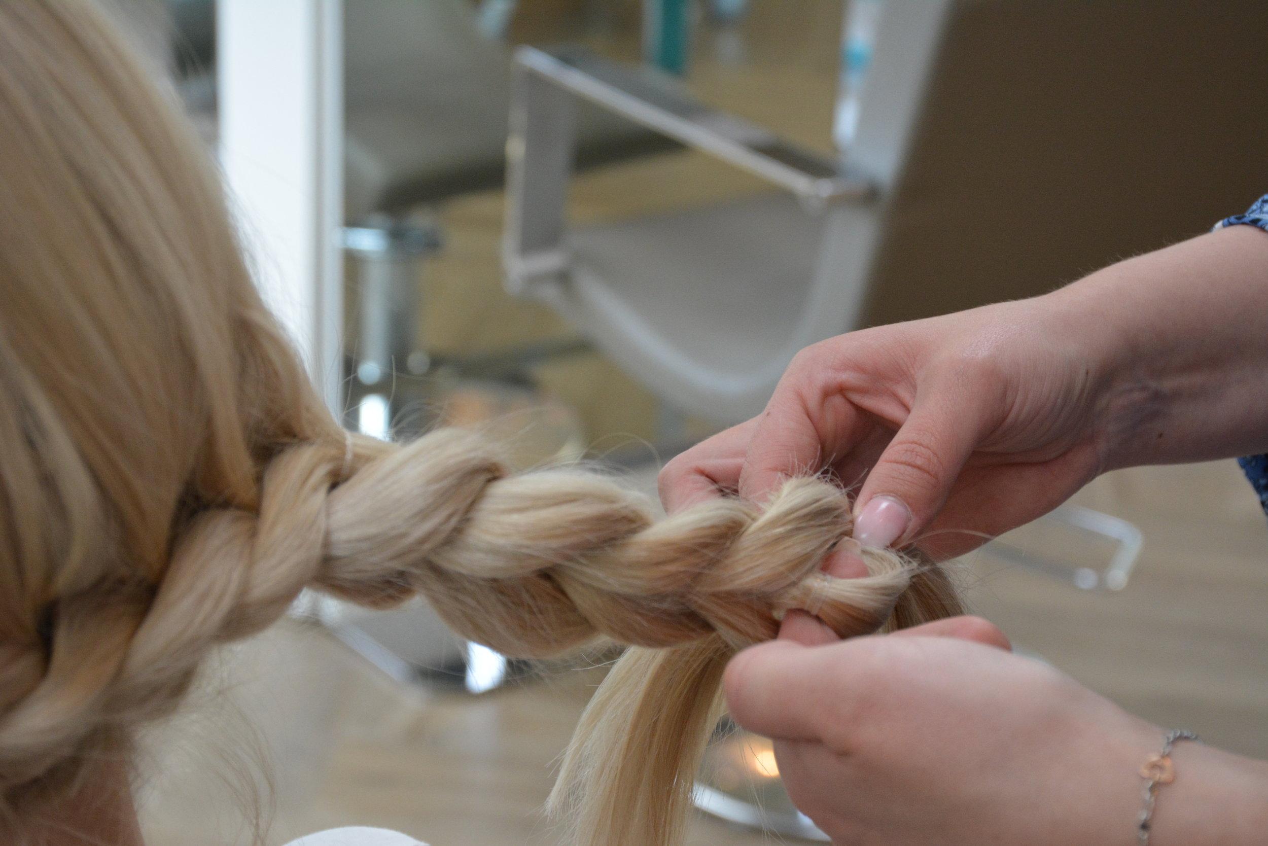 Fortsett til bak øret på andre siden, deretter setter du en strikk på ene delen av håret, og trekker andre delen gjennom på midten.