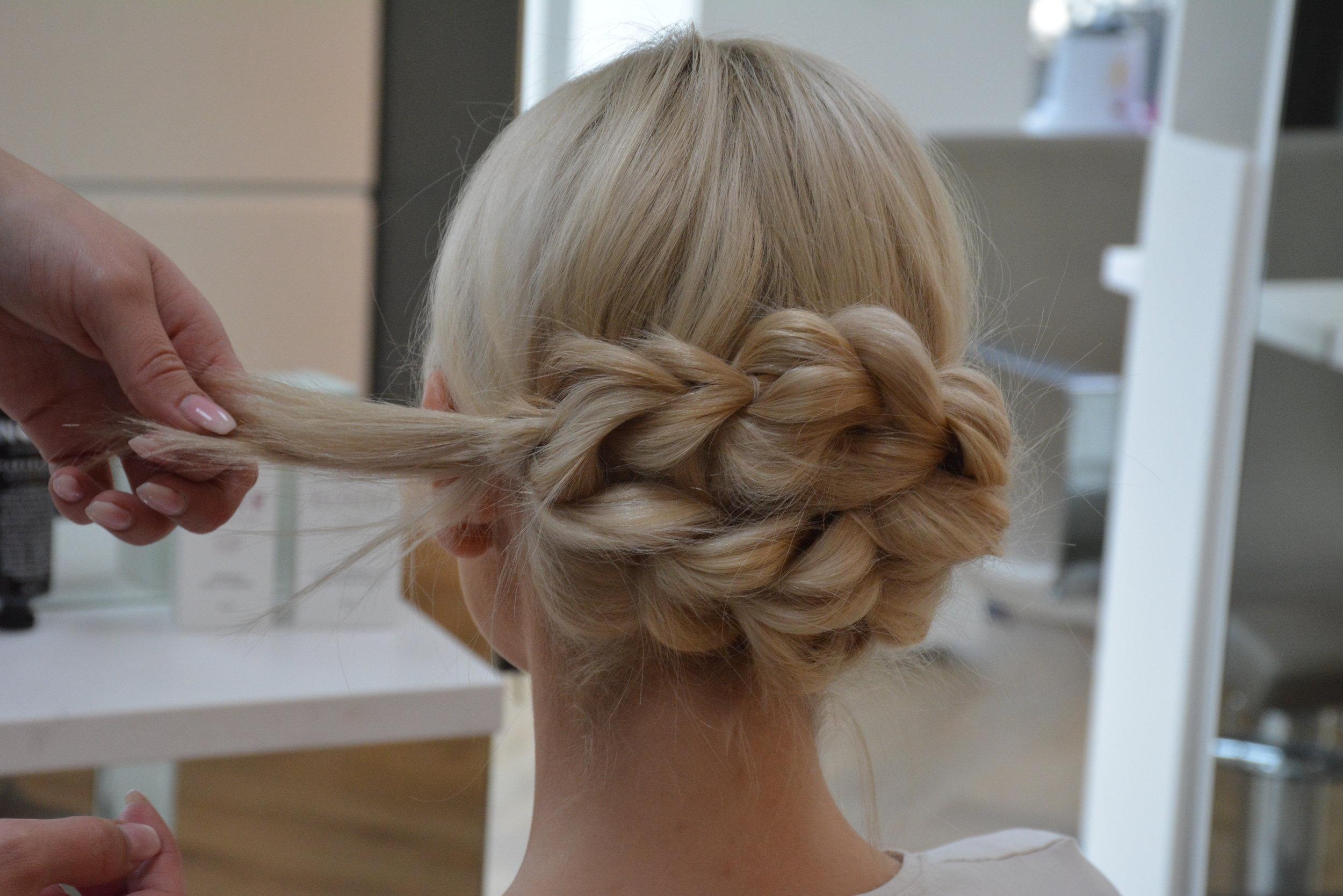 Tuppen av håret legger du inntil under fletten for å skjule den, og fest med bobby-pins.