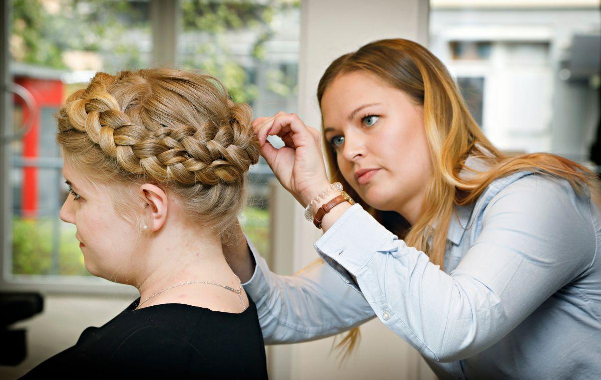 TRINN 6: For at fletten skal se tykk og stor ut, må du dra i fletten hele veien rundt. Det gjør ingenting om det blir litt rufsete. Dra også litt i kronen (bakerste del av hodet) for at håret ikke skal bli så flatt på toppen av hodet.