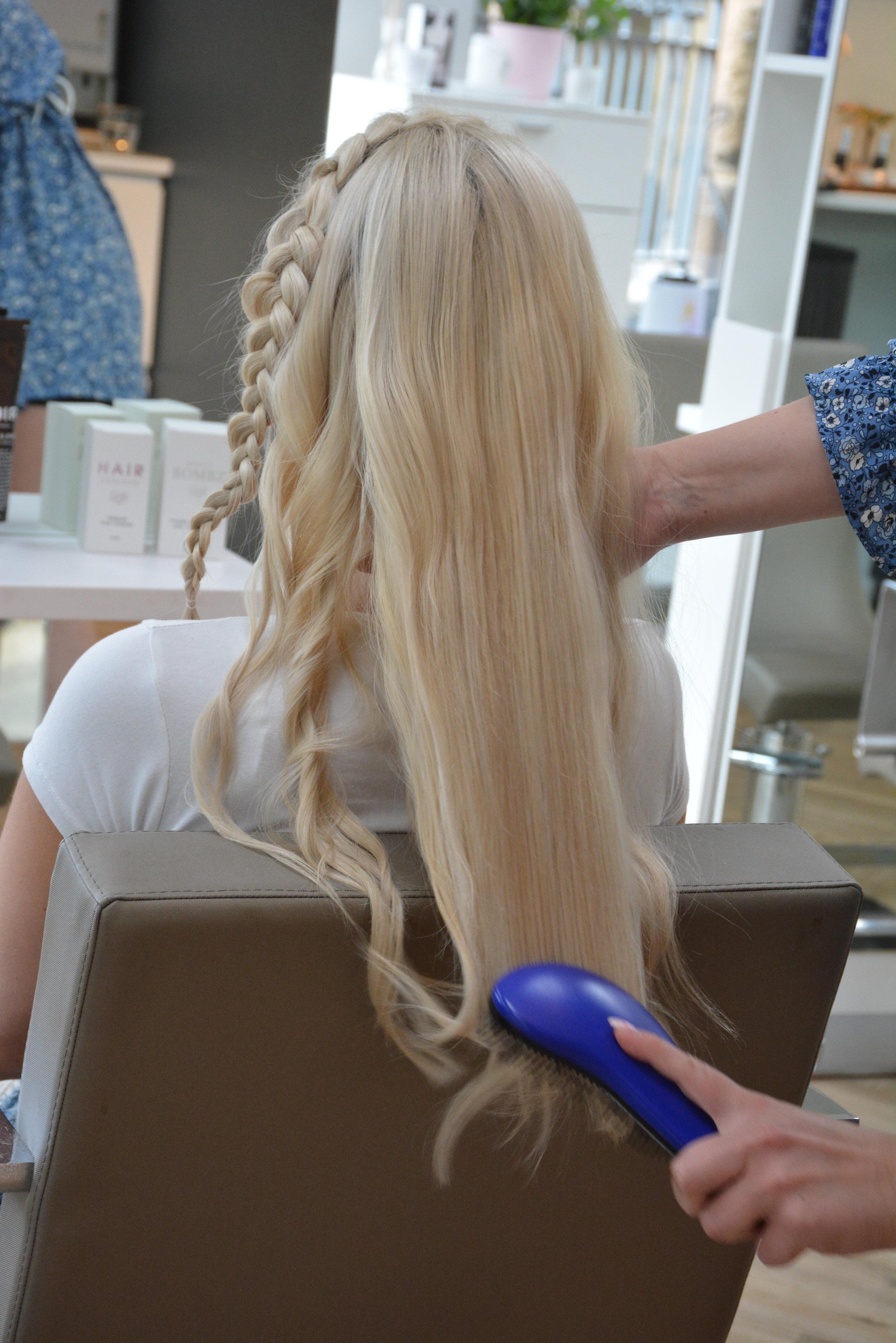 Vent til håret har blitt kaldt, og spray håret med Noir Picture Perfect for å få hold på bølgene. Brukt enten børste eller fingrer for å dra gjennom håret til slutt.