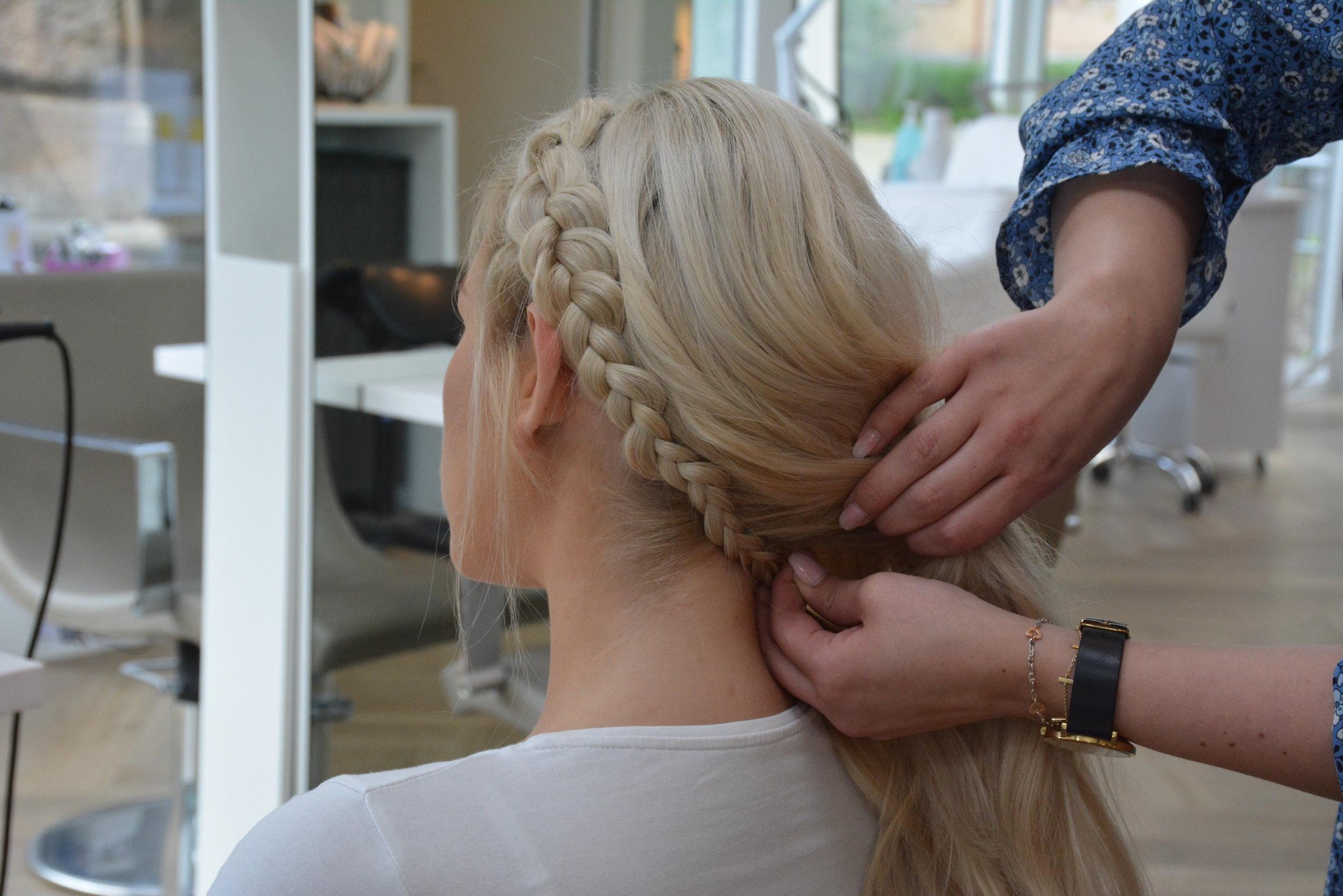 Legg fletten under håret og fest med en liten gummistrikk med litt ekstra hår under håret.