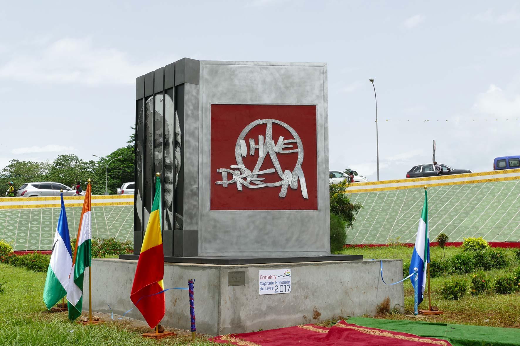 cipre_artiste_sculpteur_liberte_conakry_capitale_mondiale_du_livre_2017_inauguration.jpg