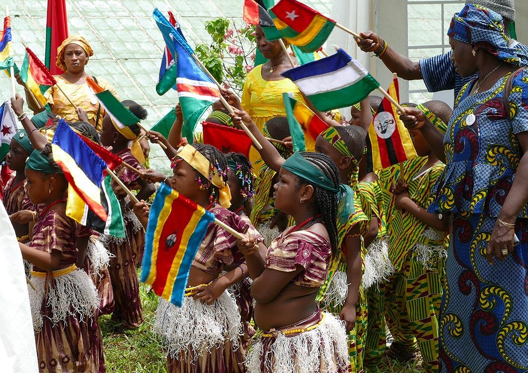 cipre_artiste_sculpteur_inauguration_monuments_conakry_capitale-mondiale_du_livre_2017_enfants_drapeaux_leves.jpg