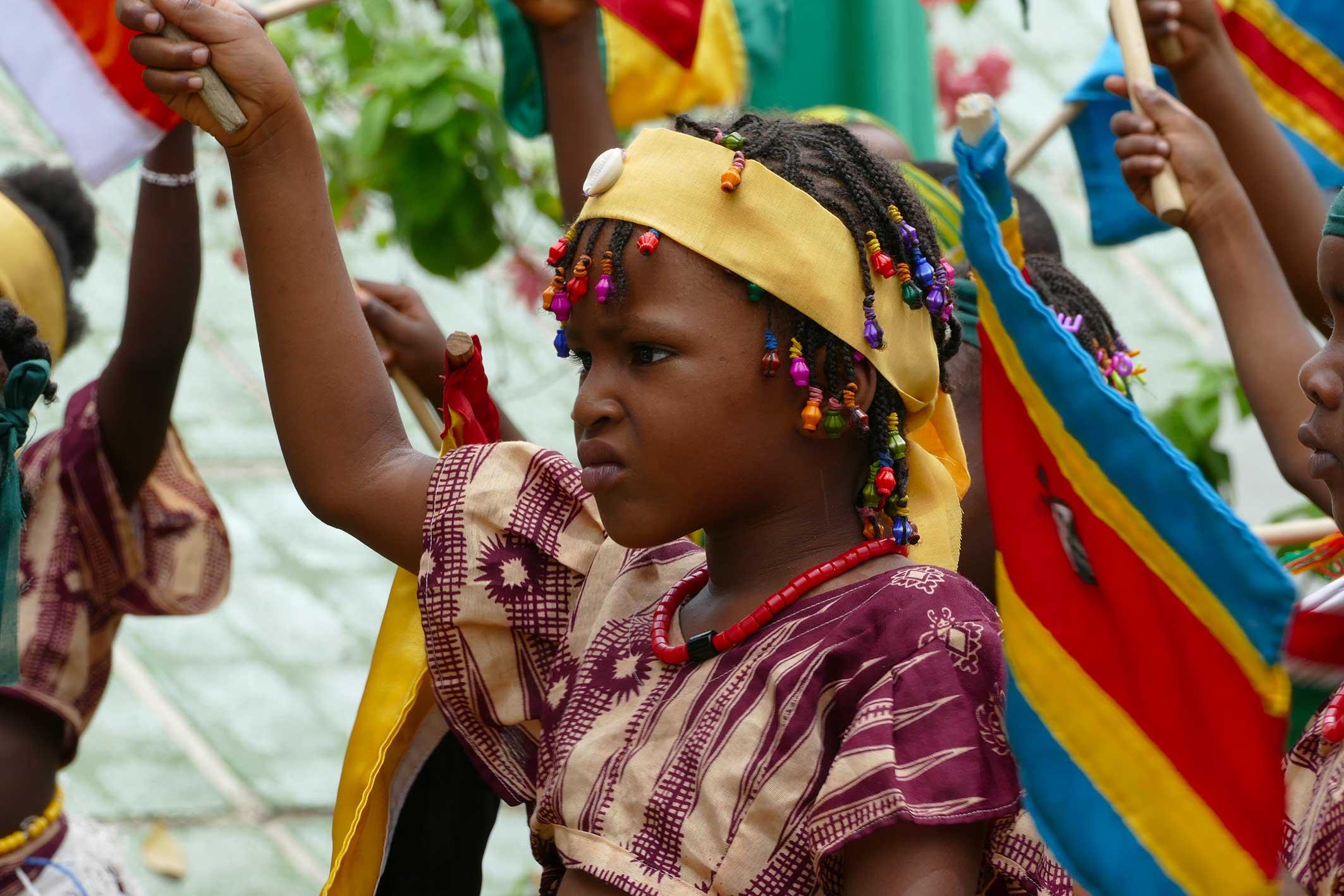 cipre_artiste_sculpteur_inauguration_monuments_conakry_capitale_mondiale_du_livre_2017_unesco_enfants_fille_drapeaux_leves.jpg