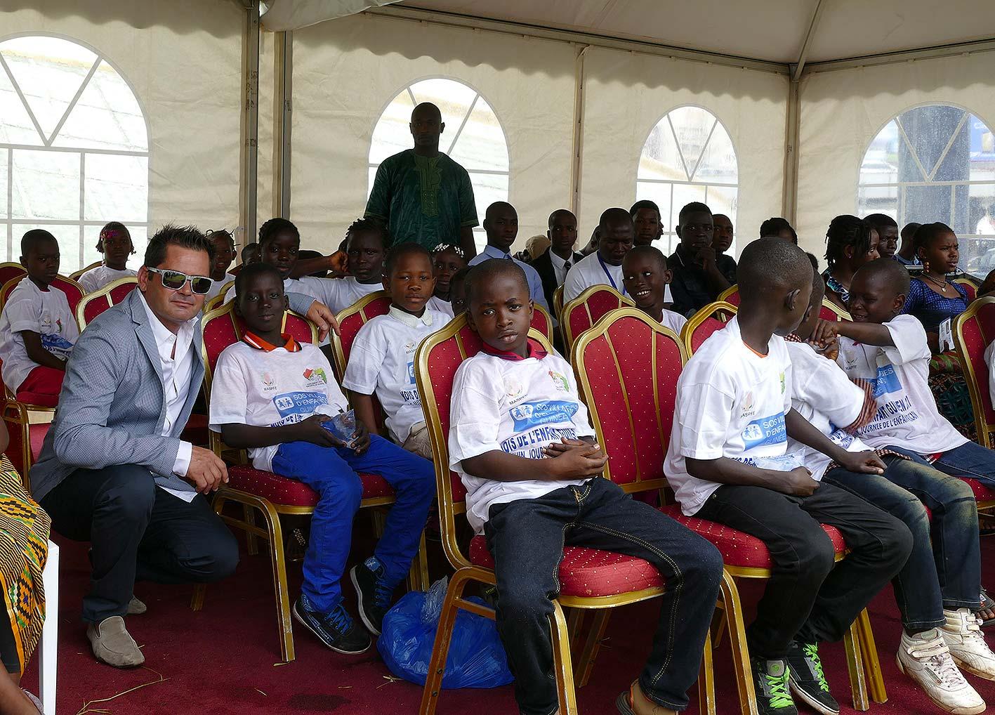 cipre_artiste_sculpteur_cipre_et_enfants_inauguration_monuments_conakry_capitale_mondiale_du_livre_2017_unesco.jpg