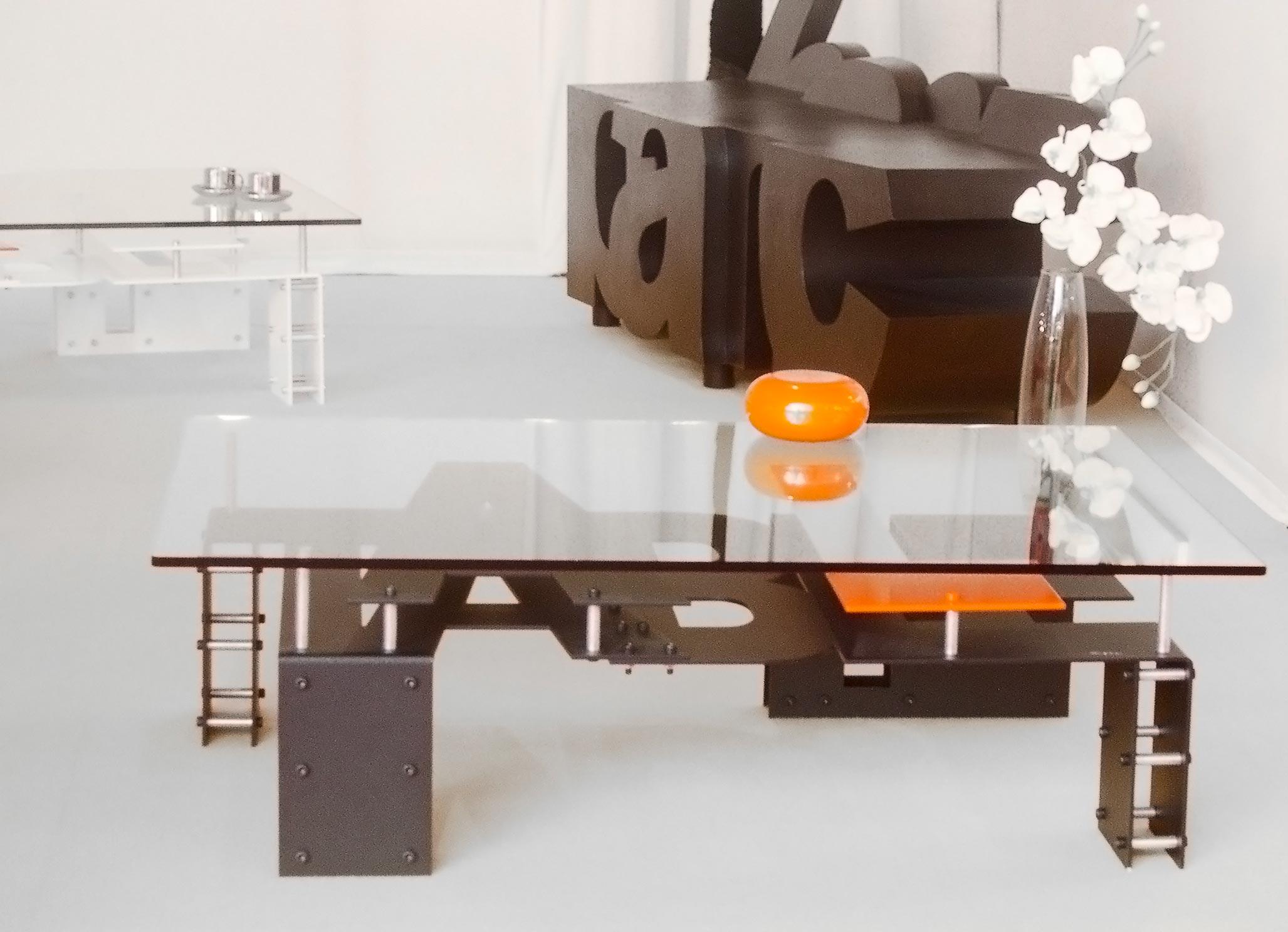 Table  (2005) | aluminium et dalle de verre | 110 x 70 x 35 cm | oeuvre originale | En arrière plan :  Banc  (2005) | aluminium | 90 x 160 x 50 cm | oeuvre originale
