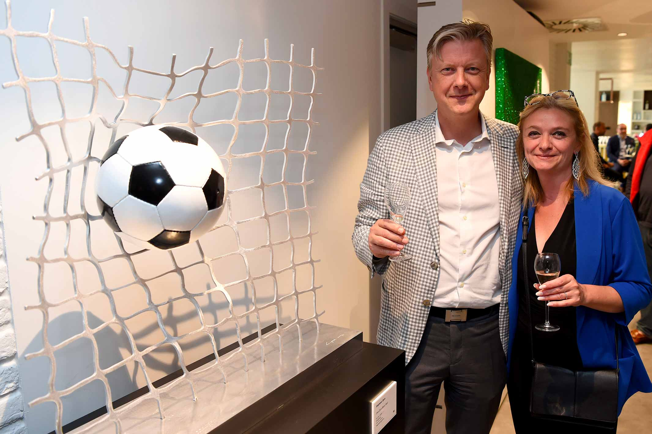 cipre_artiste_sculpture_contemporain_event_play_it_art_thomas_meunier_stadium_foot_aluminium_stade_anderlecht_brussels_guest_invites_couple.jpg