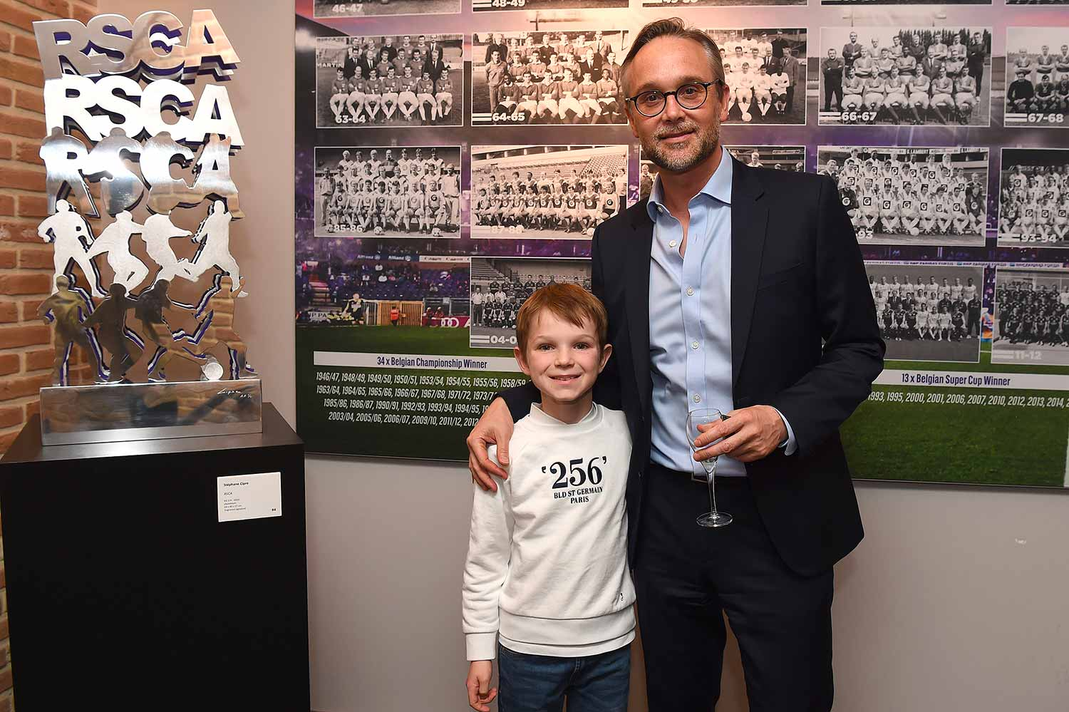 cipre_artiste_sculpture_contemporain_event_play_it_art_thomas_meunier_stadium_foot_aluminium_stade_anderlecht_brussels_guest_invites_dad_son.jpg