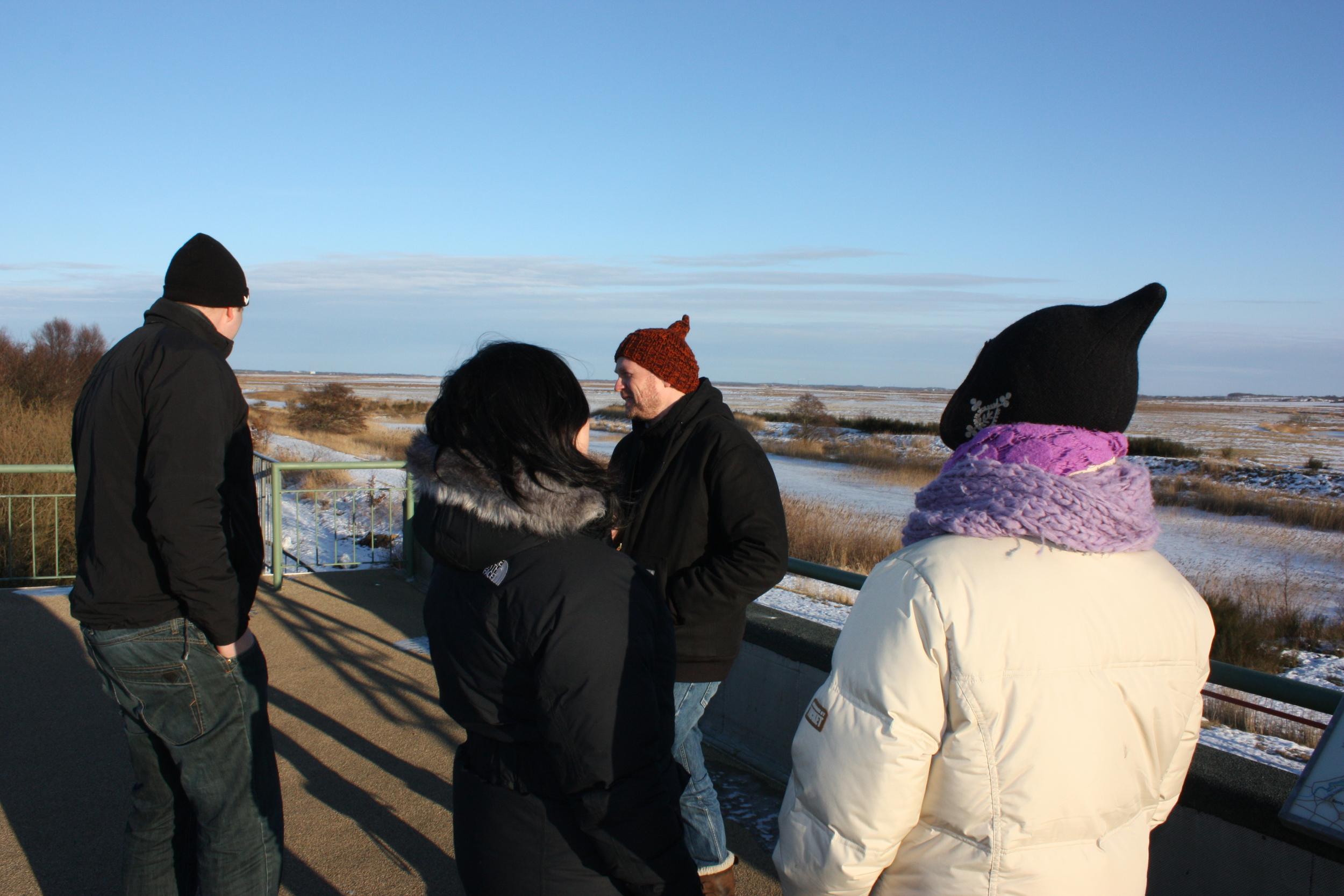 Rene Schmidt og Søren Taaning diskuterer muligheder sammen med to kunstkonsulenter fra Herning og Ringkøbing/Skjærn kommune på den iskolde rundtur langs Skjærn Å for at se på egnede steder.......