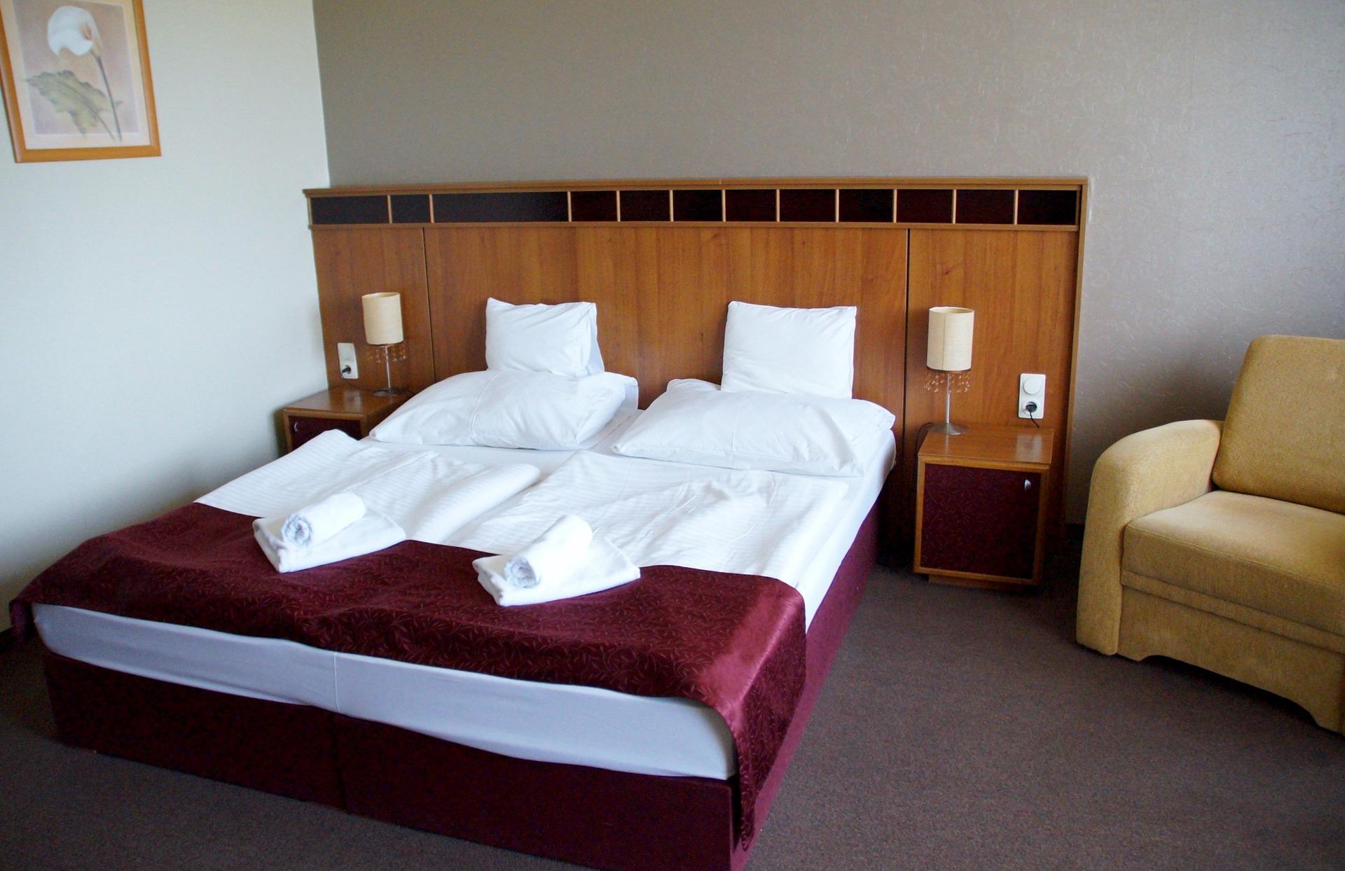 hotelroom-994226_1920.jpg