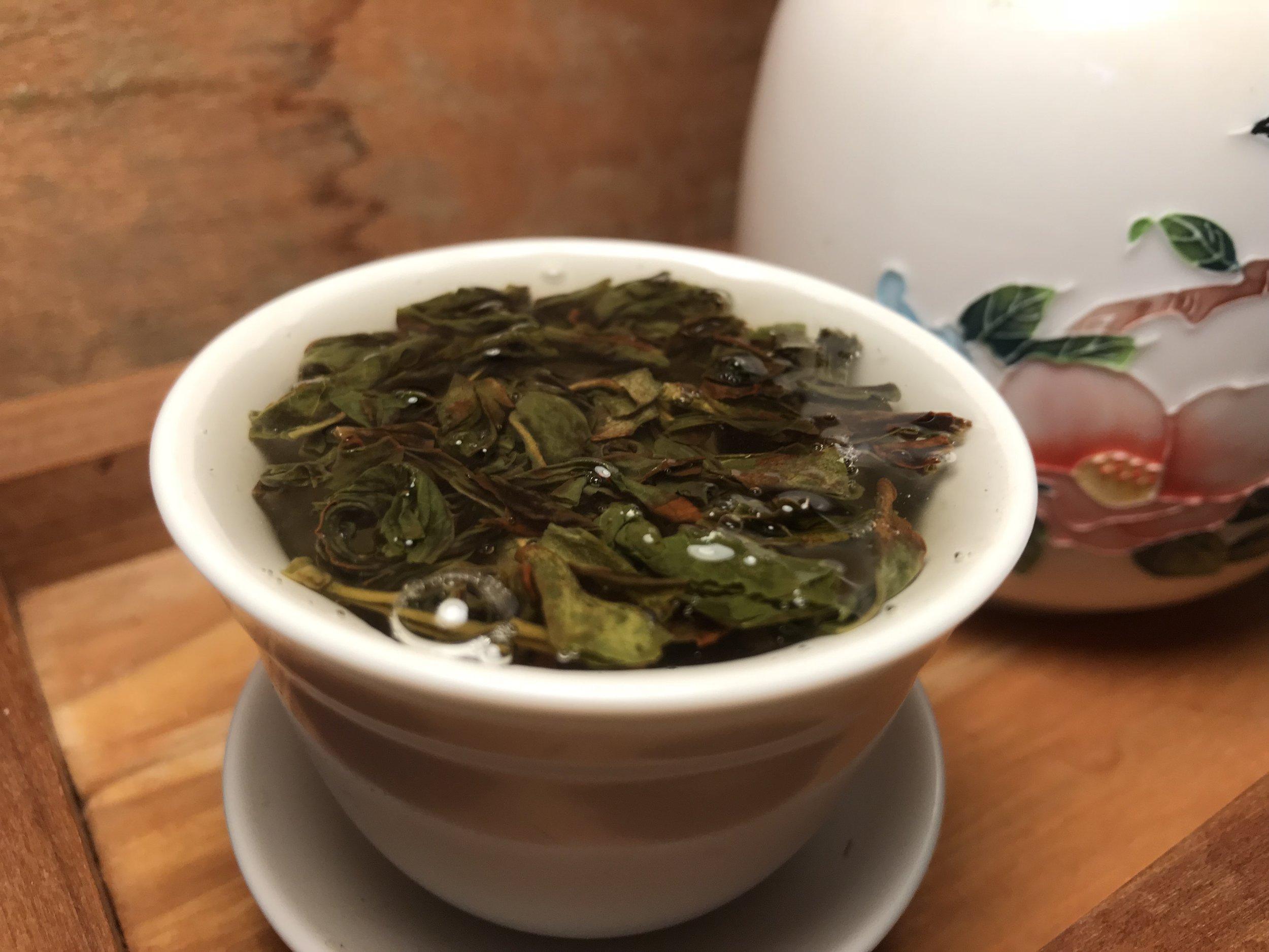 Xue Wu Ye Dangcong brewing in a gaiwan.