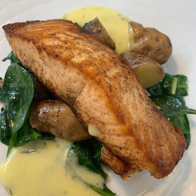 Pan fried salmon, Ripple Farm pink fur potatos, spinach, bernaise sauce, on the specials 💙 • • • •  #fishdish #delish #yummy #specials #lunch #dinner #foodie #gastropub #thegoodfoodguode #gastropubkent #kentfood #foodieheaven