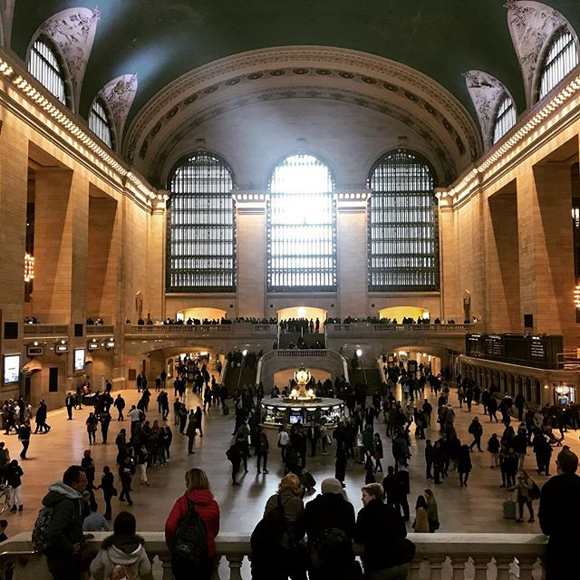 Do you think the powers that be would ever shut own the main hall at Grand Central Station for a private event? If so, what kind of client do you think would be able to afford a production like that? The security detail alone would be insane. Anyone else can ever fantasize about shutting down a major hub like this for a private event? #friyay #fantasydesign #bigbudget #grandcentral #grandcentralstation #nyc #eventplanner #eventprofs