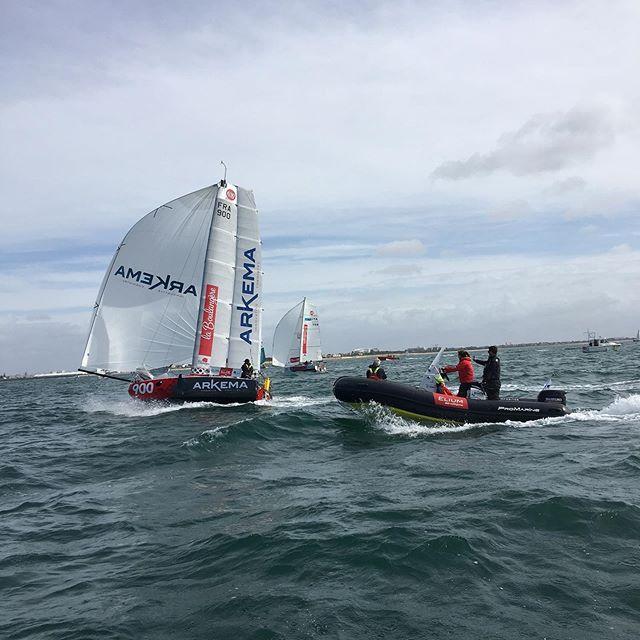 Aile rigide de @arkema.sailing au (faux) départ de la @minitransatlaboulangere #larochelle #mini650 #foiling