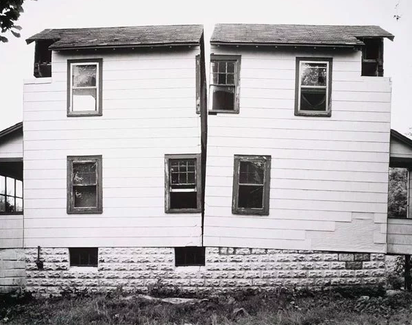 Gordon Matta-Clark, Splitting, 1974.