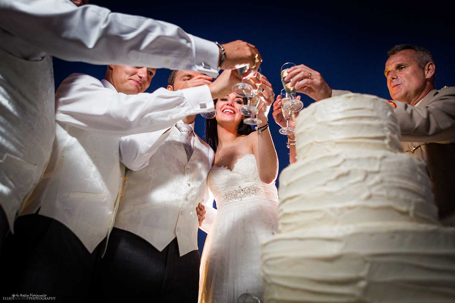champagne-toast-bridal-party-wedding-cake-photography