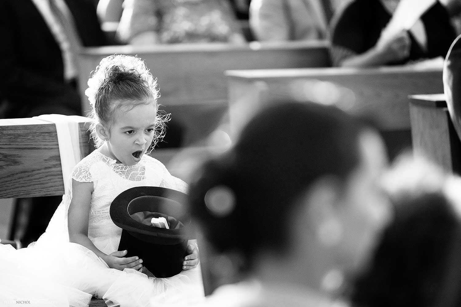 funny-humour-flower-girl-photography-wedding