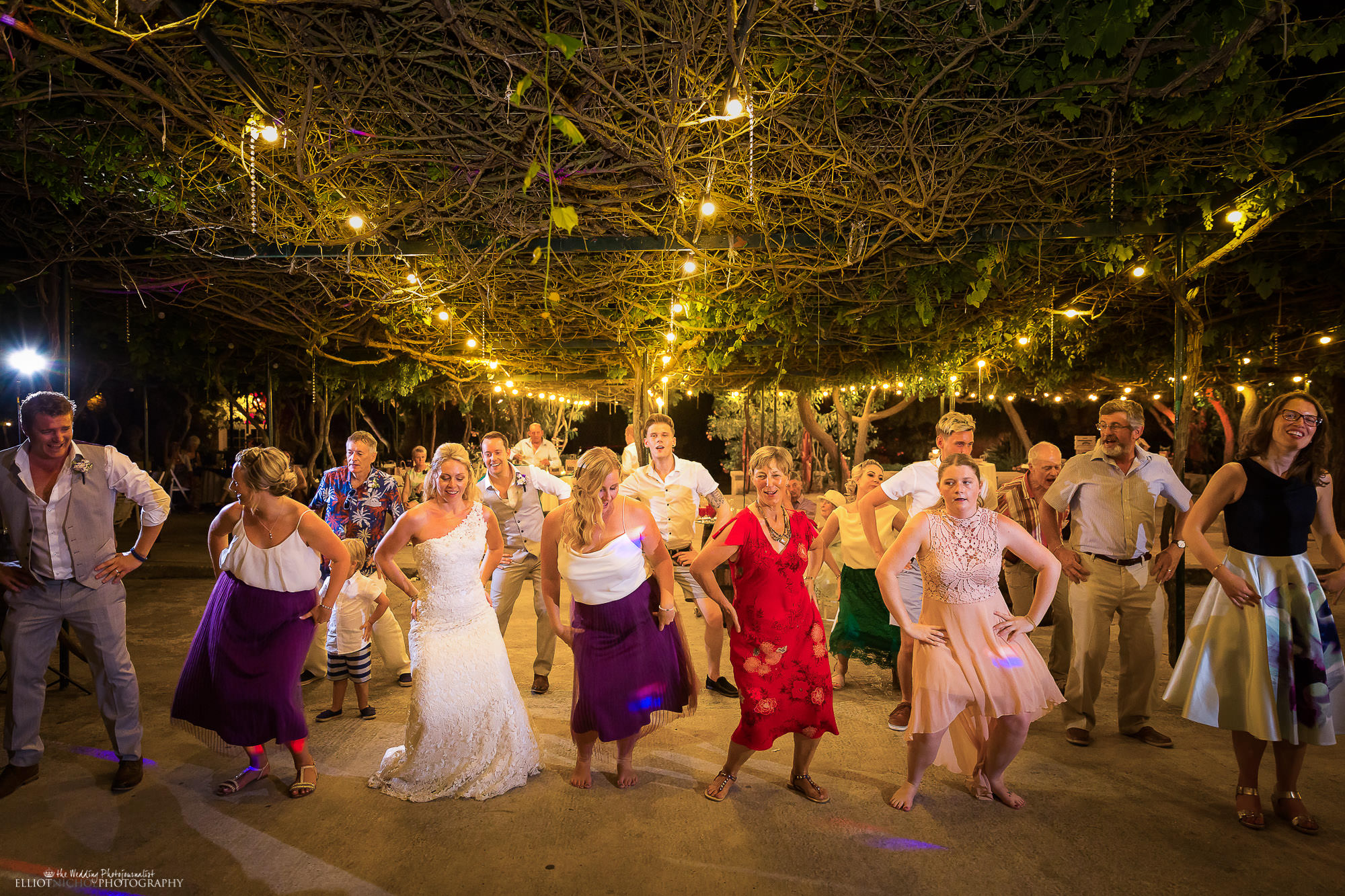 wedding-party-guests-dancing-recpeption-weddings-photographer