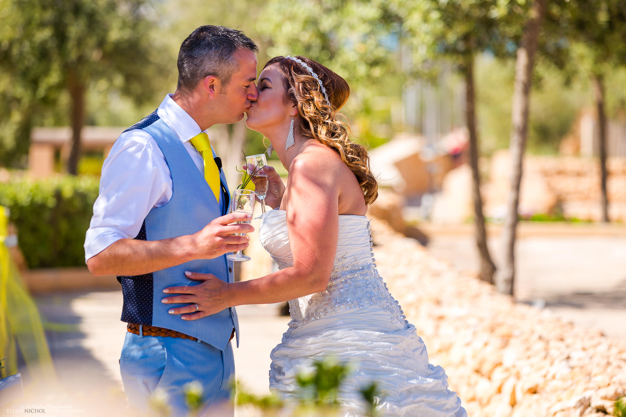champagne-kiss-bride-groom-wedding-day-photography