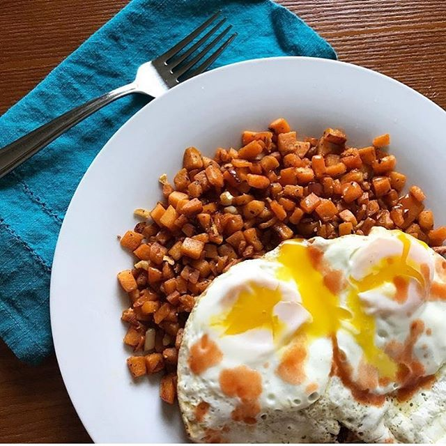Throwing it back to this delicious breakfast which is the EGGSact way I would like to kick off any weekend 😍 Sweet potato hash + runny eggs + hot sauce 🍠🍳🔥 Does it get any better? I think not 🤷🏻♀️ . HAPPY SATURDAY FRIENDS! Hope it's a great one!🌞✨