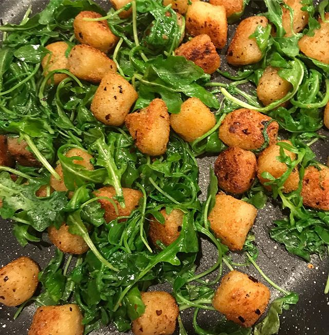 GNOCH GNOCH - who's there? DINNER. 🤓 Crispy cauliflower gnocchi from TJ + lots of arugula 🙌🏼 . It's been awhile since I've shared my stove top crispy cauliflower gnocchi so here it is again! 〰️ Add several tablespoons of fat (olive oil / ghee) to a pan on medium to medium-high heat. Add in the frozen gnocchi, then let it cook for about 10-15 minutes or longer, until all sides are golden + crispy! You'll need to toss them around a bit as they cook. They may get a little gummy or sticky at first - but be patient ... they'll eventually crisp up! 😍 Season with whatever you like - I chose salt + pepper + garlic powder to keep it simple! The main thing to remember: DO NOT FOLLOW PACKAGE INSTRUCTIONS + DO NOT ADD WATER! 💯 . TGIF 🥳🥳🥳