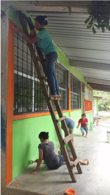 Estudiantes de Duodécimo grado de la comunidad de Flores de Italia pintando el centro educativo.