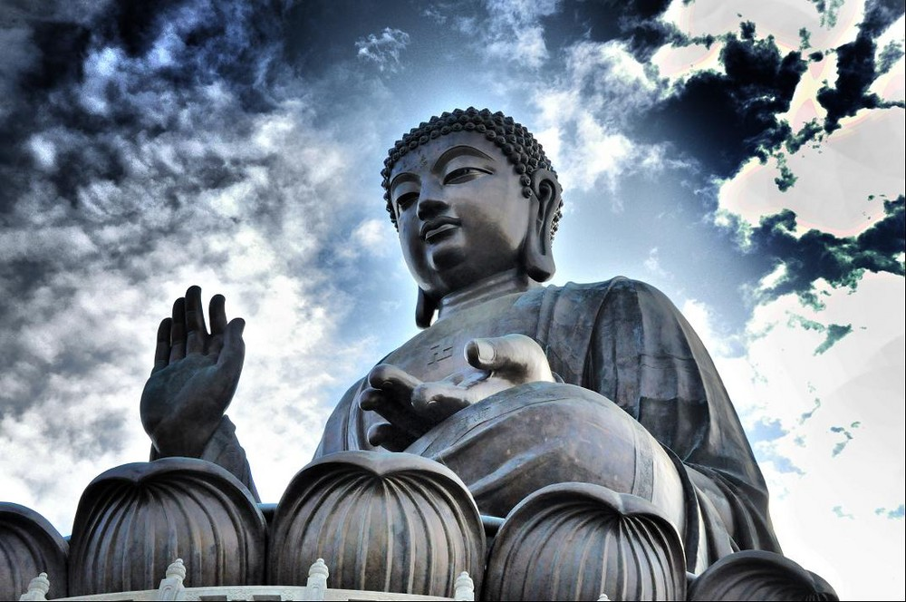 Tian Tan Buddha on a clear day. Image via Tripzilla