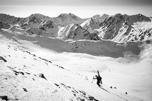Inspecting the state of the Kyrgyzstani backcountry with @stateofthebackcountry last January🕵🏻♂️ #40tribes #summitday