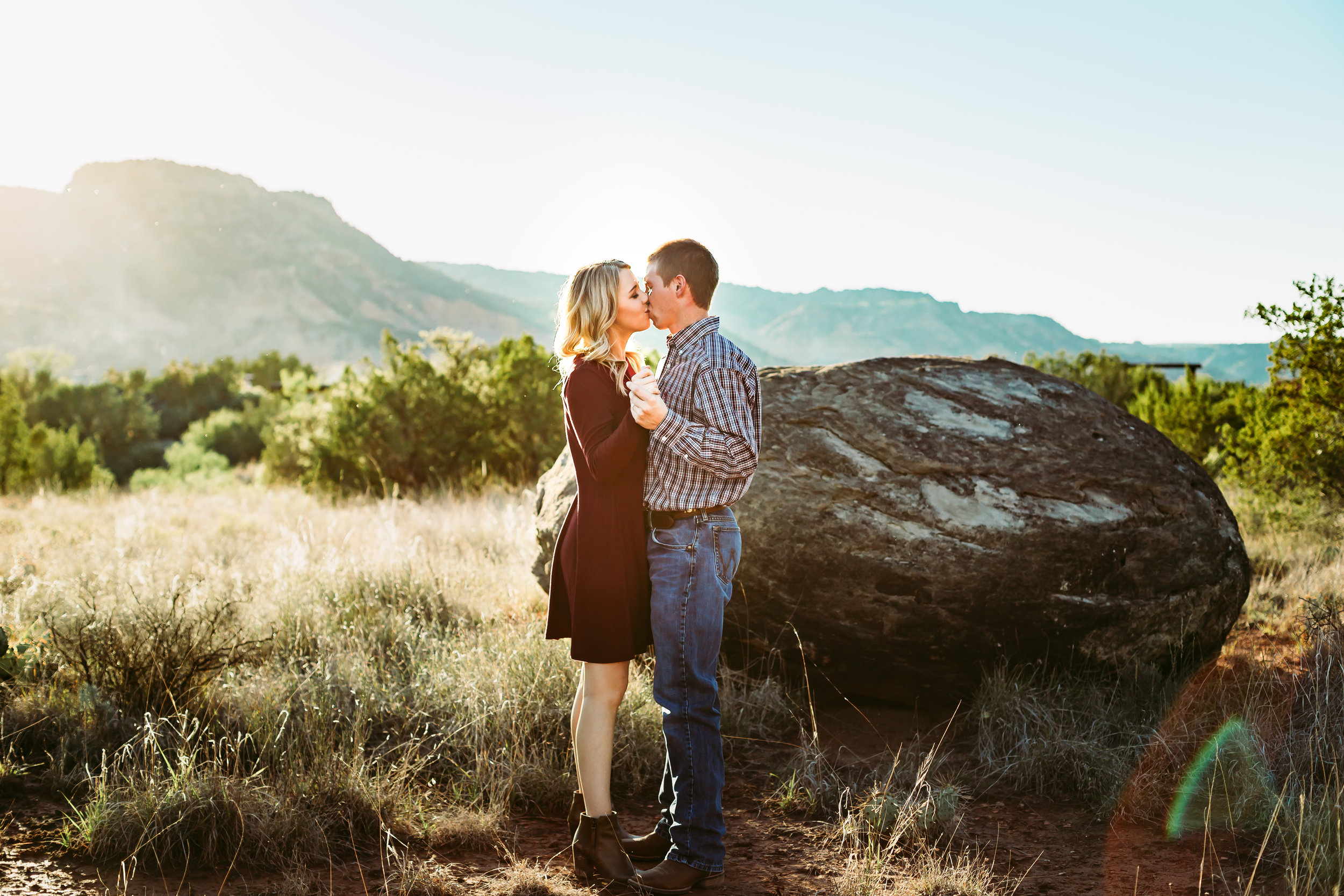 Mom and dad share a kiss at sunset in this family session #tealawardphotography #texasfamilyphotographer #amarillophotographer #amarillofamilyphotographer #lifestylephotography #emotionalphotography #familyphotosoot #family #lovingsiblings #purejoy #familyphotos #familyphotographer #greatoutdoors