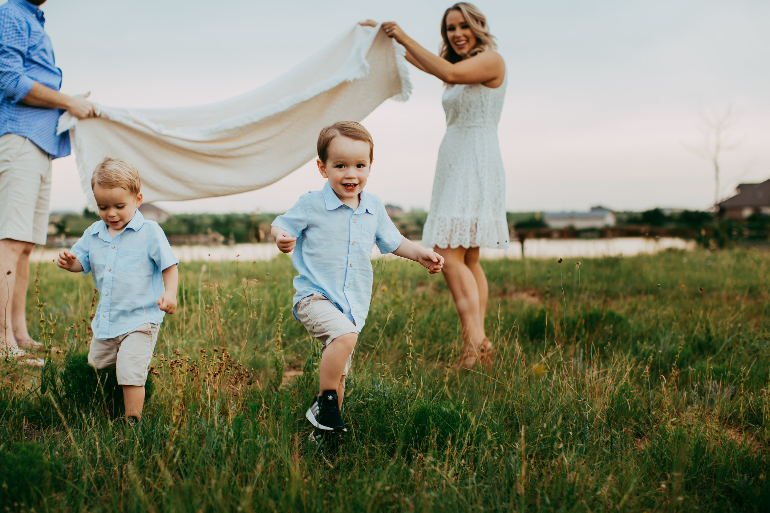 Boys having fun running under picnic blanket #tealawardphotography #texasfamilyphotographer #amarillophotographer #amarillofamilyphotographer #lifestylephotography #emotionalphotography #familyphotosoot #family #lovingsiblings #purejoy #familyphotos #familyphotographer #greatoutdoors #naturalfamilyinteraction