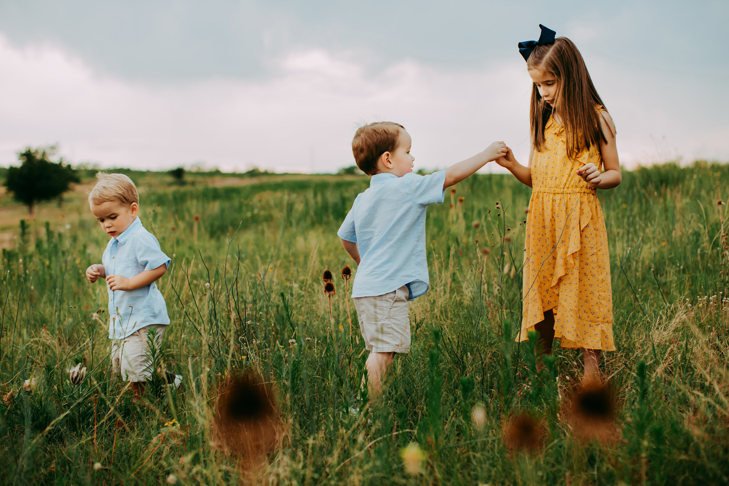 Siblings playing together and picking flowers during family photo shoot #tealawardphotography #texasfamilyphotographer #amarillophotographer #amarillofamilyphotographer #lifestylephotography #emotionalphotography #familyphotosoot #family #lovingsiblings #purejoy #familyphotos #familyphotographer #greatoutdoors #naturalfamilyinteraction