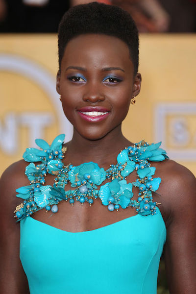 Lupita Nyong'o matches her aqua eye makeup to her dress beautifully.