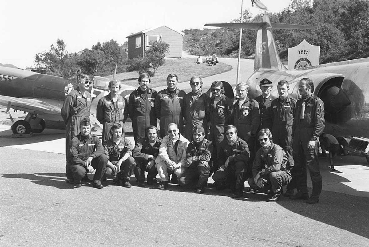 Min morfar, Svein Karlskås, nederst til venstre.