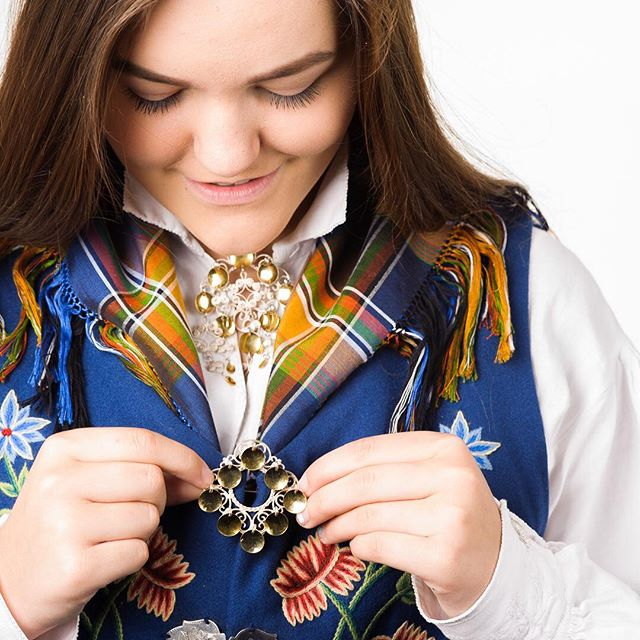 The Norwegian national costume called Bunad is beautiful. Every part of the country has its own style and it is custom to get it as a present just before the confirmation. The jewelry is often inherited or given as presents several years in advance. _____________________________________ #bunad #bodø #kstudios #studiophotography #d700 #nikon