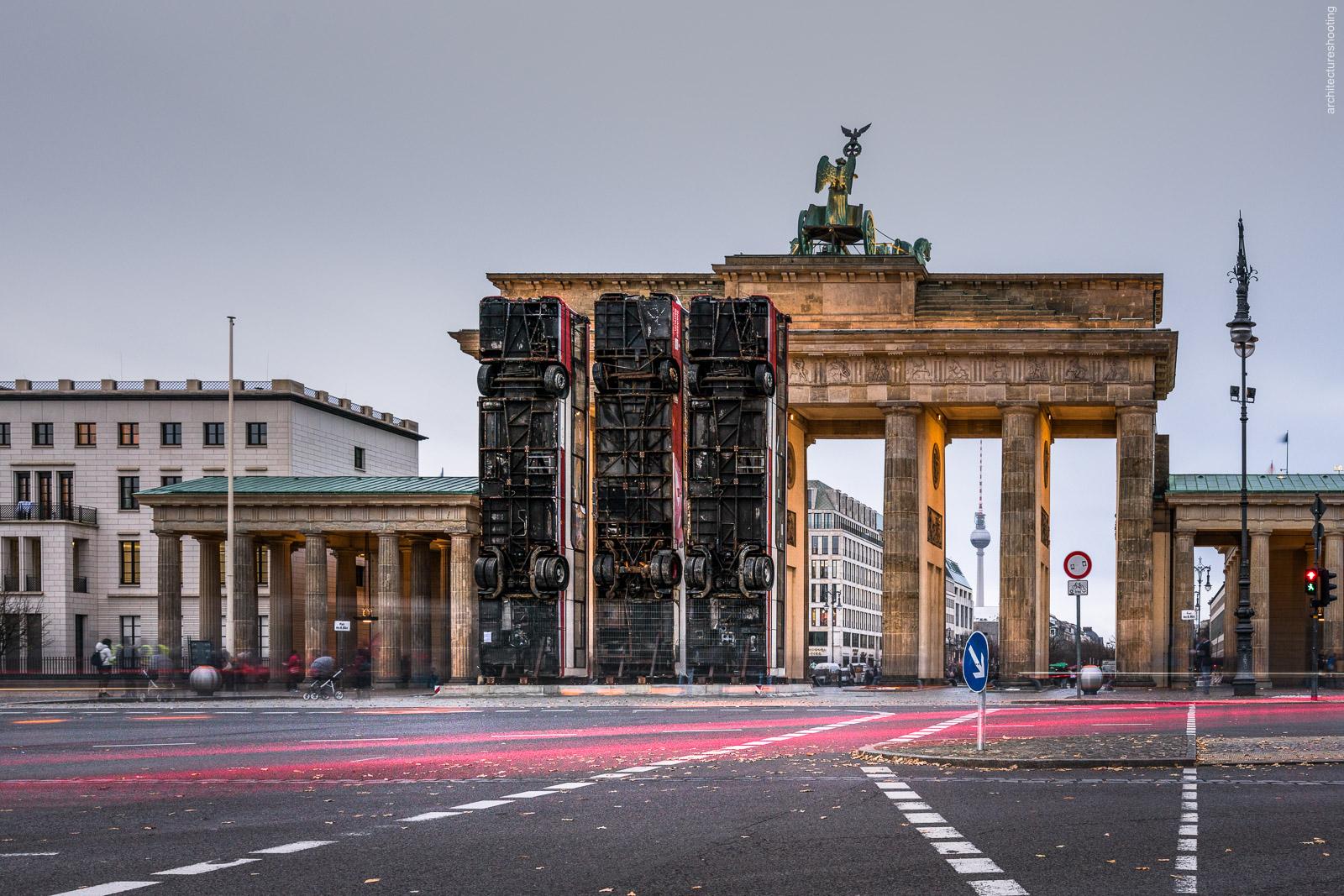 Monument - Brandenburger Tor, Berlin - Manaf Halbouni, November 2017 - Foto: Markus Gröteke / architecureshooting