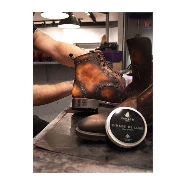 🇫🇷 : Le made in France est-il un luxe ? (vous avez trois heures) ✍️ 🇬🇧: Is Made in France a luxury? (You've got 3 hours) - Nos produits d'entretien du cuir sont tous produits en France. C'est aussi ce qui fait de notre Cirage de Luxe un cirage luxueux !  Photo prise dans les ateliers de @jmlegazel.  #famacoparis #madeinfrance #leathercosmetics #leather #cuir #chaussures #shoes #shoeslovers #entretienducuir #art#luxury