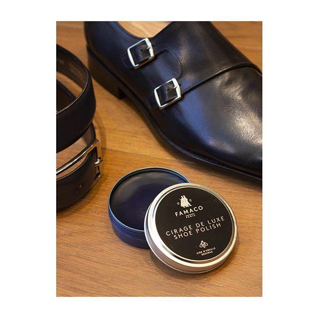 🇫🇷 : Il est désormais une très bonne chose d'être dans le cirage 🙌 🇬🇧 : Dress up - Pour chaque cuir particulier, nous avons le cirage adapté. Ici, un bleu nuit qui complète ces derbies à double boucles de chez @lecalceophile.  #famacoparis #madeinfrance #leathercosmetics #leather #cuir #chaussures #shoes #shoeslovers #entretienducuir #art#nightbluecolor