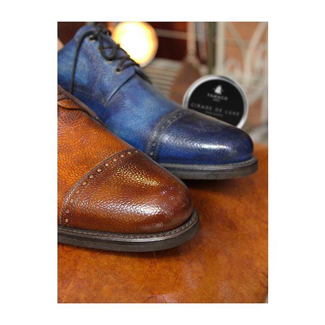🇫🇷 : Vous aussi, vous jugez les gens à leurs chaussures ? 🇬🇧 : Are you judging people by the quality of their shoes, too? -  Pour que personne ne vous regarde de travers, nous avons de quoi traiter tous les cuirs.  Photographié chez @georgeetgeorges.  #famacoparis #madeinfrance #leathercosmetics #leather #cuir #chaussures #shoes #shoeslovers #entretienducuir #art #style
