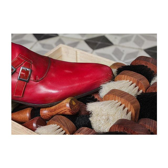 🇫🇷 : Les pieds dans le plat, et les petits plats dans les grands ❤️ 🇬🇧 : Marching for loooove -  Joyeuse saint Valentin ! L'occasion de revisiter les classique, et d'offrir un cadeau qui vient du coeur (on a plein d'idées, venez nous parler !) Photographié chez @georgeetgeorges.  #famacoparis #madeinfrance #leathercosmetics #leather #cuir #chaussures #shoes #shoeslovers #entretienducuir #art#valentinsday