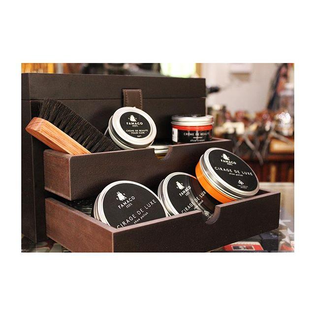 🇫🇷 : Cascade de Famaco 🇬🇧 : Better stored, better used. - Notre Grand Cube se fond dans un intérieur esthétique, et permet surtout de ranger tous vos produits d'entretien du cuir. Il est photographié ici chez @georgeetgeorges. #famacoparis #madeinfrance #leathercosmetics #leather #cuir #chaussures #shoes #shoeslovers #entretienducuir #art #storage