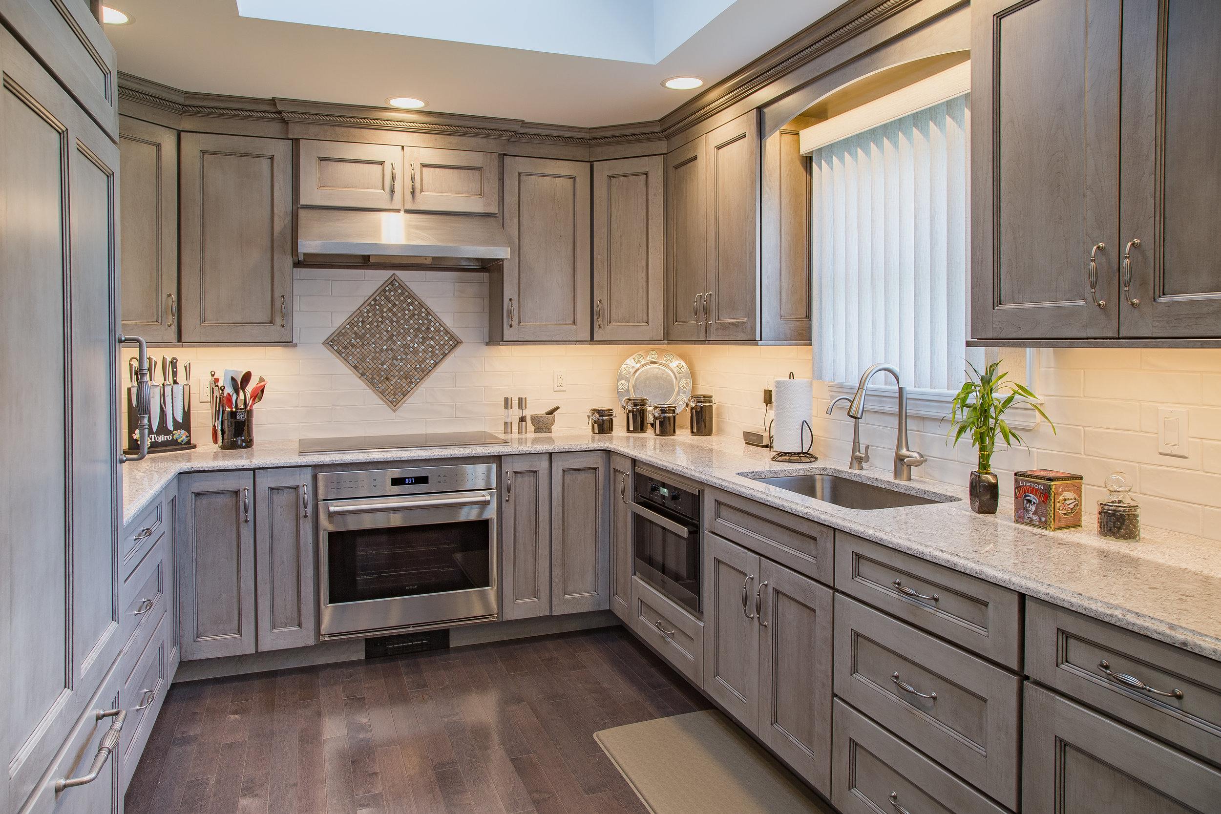 pepporcorn-grey-cabinets-hardware-knobs-stove-accents