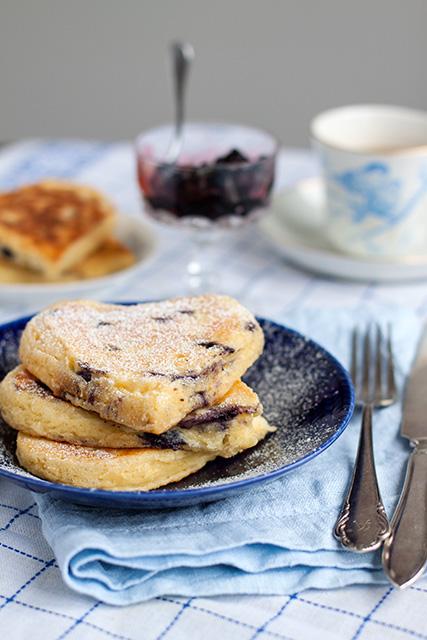 Amerikanska blåbärspannkakor med blåbärssylt. Det blir bara pannkaka.